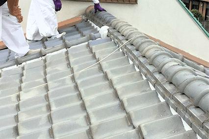 写真:屋根上での雨漏り工事
