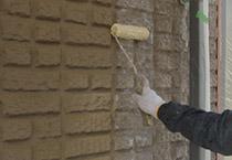 外壁にプライマーを塗る