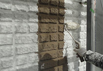 外壁に塗られたプライマーの上に下塗り